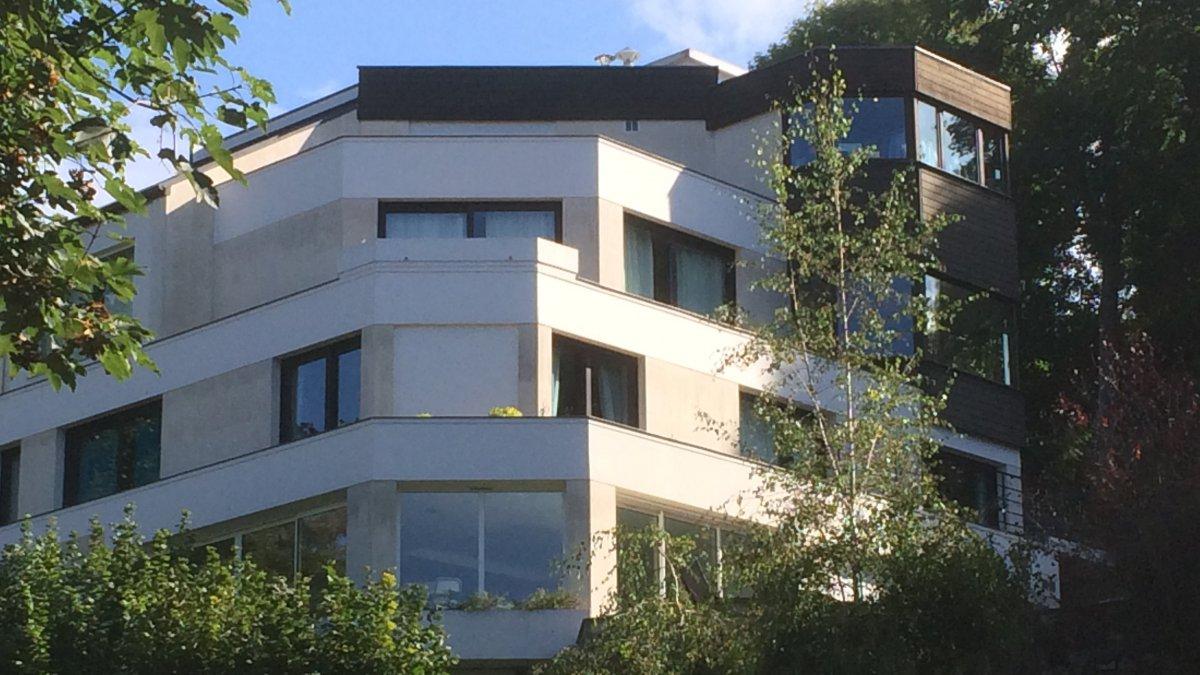D couvrez la luxueuse maison de neymar lou e 14 000 euros par mois culturebene for Petite maison luxueuse