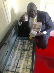 Le fils du président Sud-Soudanais s'exhibant avec sa fortune ! Images