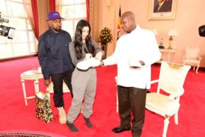 Kanye West critiqué pour avoir rencontré le président ougandais