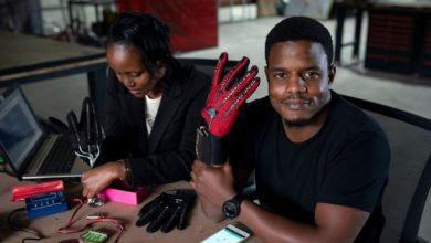 Photo de Roy Allela invente un gant qui traduit la langue des signes en langage parlé !