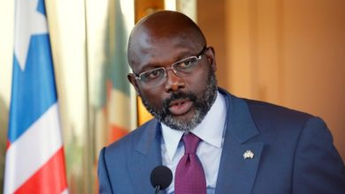 Photo of Le président libérien George Weah chante contre le coronavirus