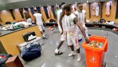 Photo de Coulisse du CHAN 2020 : Après leur match nul face à la Lybie, les nigériens ont nettoyé les vestiaires du stade Japoma