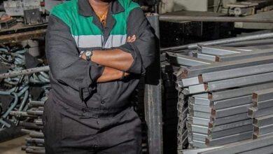 Photo de Une jeune kényane transforme du plastique recyclé en briques ultra résistantes, 5 fois plus solides que le béton