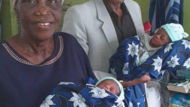 Photo de Agée de 68 ans, elle donne naissance à des jumeaux