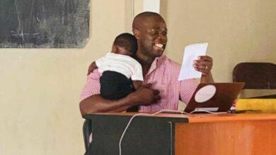 Photo de Sénégal : Un professeur porte le bébé d'une étudiante durant son cours et fait une déclaration surprenante